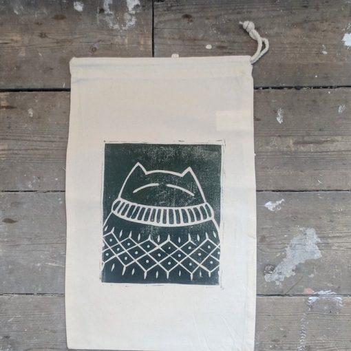 An Caitlín Beag Smug Cat Sweater Sack dark